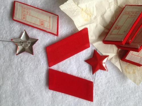 收藏怀旧纪念  库存老货 65式  五角星 红领章 65式帽徽 65式领章