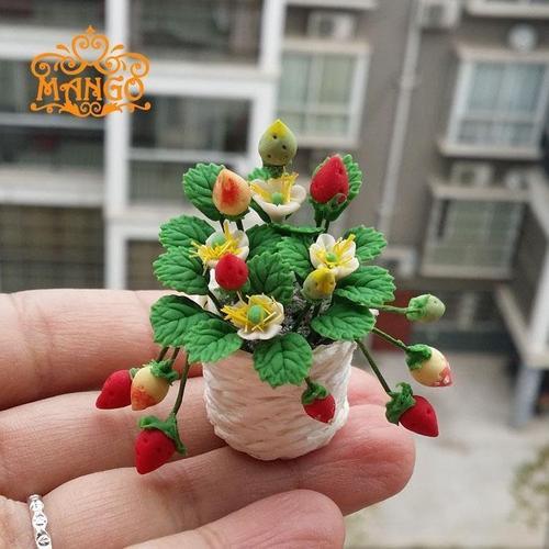 1:12娃娃屋dollhouse迷你植物装饰粘土手工花 模型草莓编织盆栽