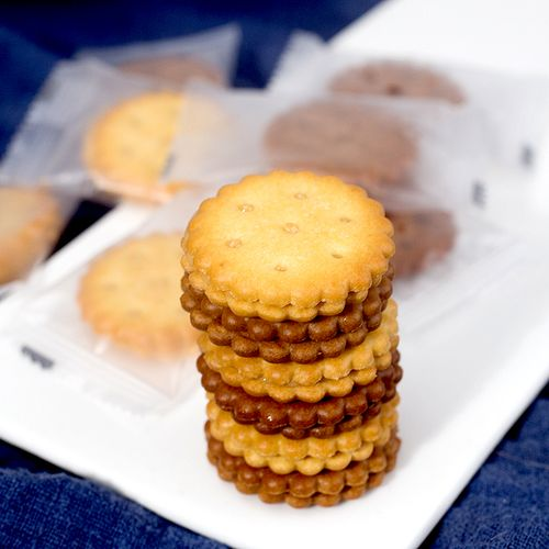 饼干咸蛋黄麦芽饼干黑糖味夹心饼干日式小圆饼休闲零食小包装